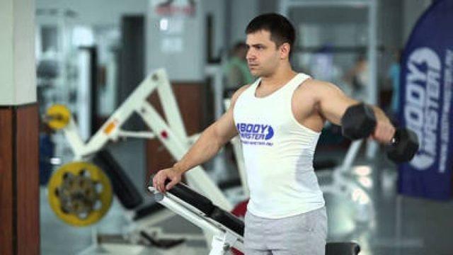 Лучшие и базовые упражнения на плечи с гантелями дома