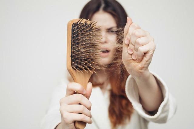 Почему выпадают волосы на голове у женщин: причины, лечение