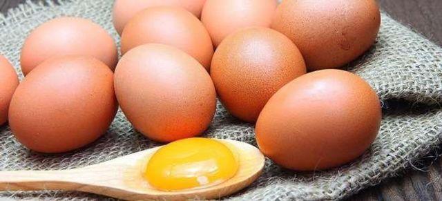 Как правильно мыть голову яйцом: основные правила
