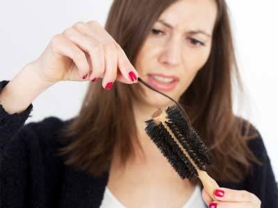 Как спасти волосы от выпадения: причины, лечение