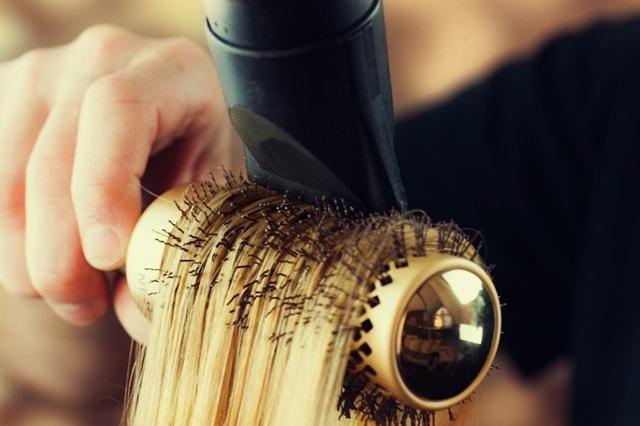 Лезут волосы: причины этого явления и способы борьбы